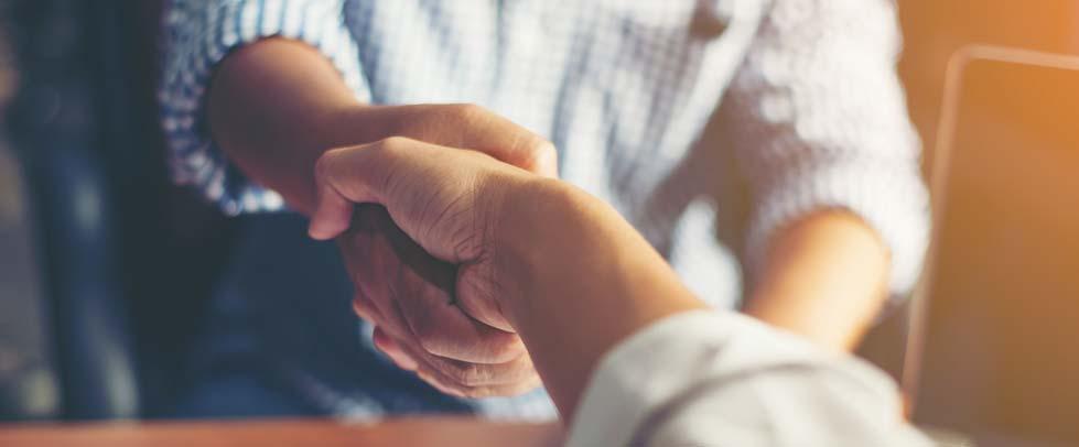 Main serrant une autre main